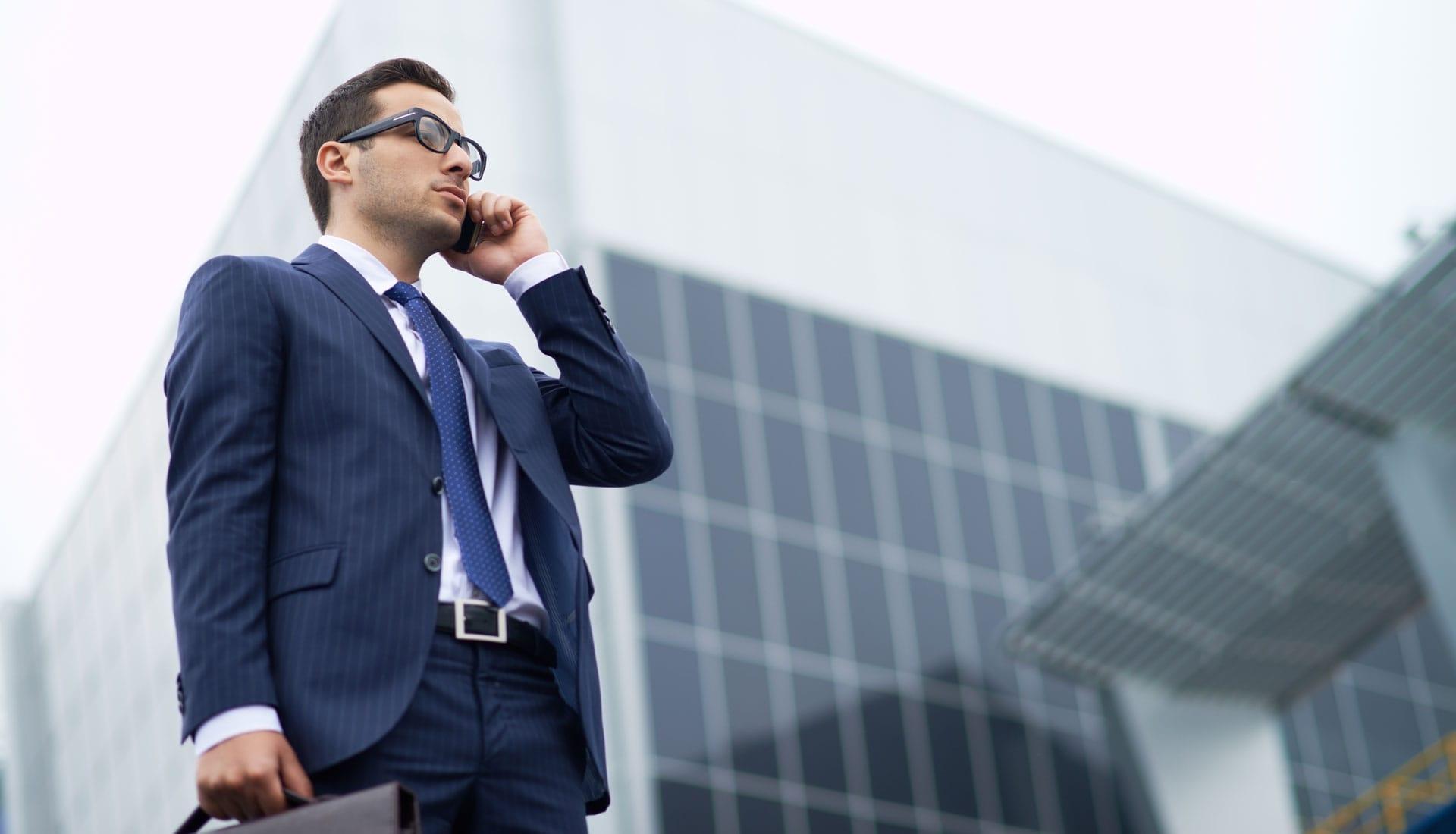 businessman au téléphone pour faire mûrir un prospect