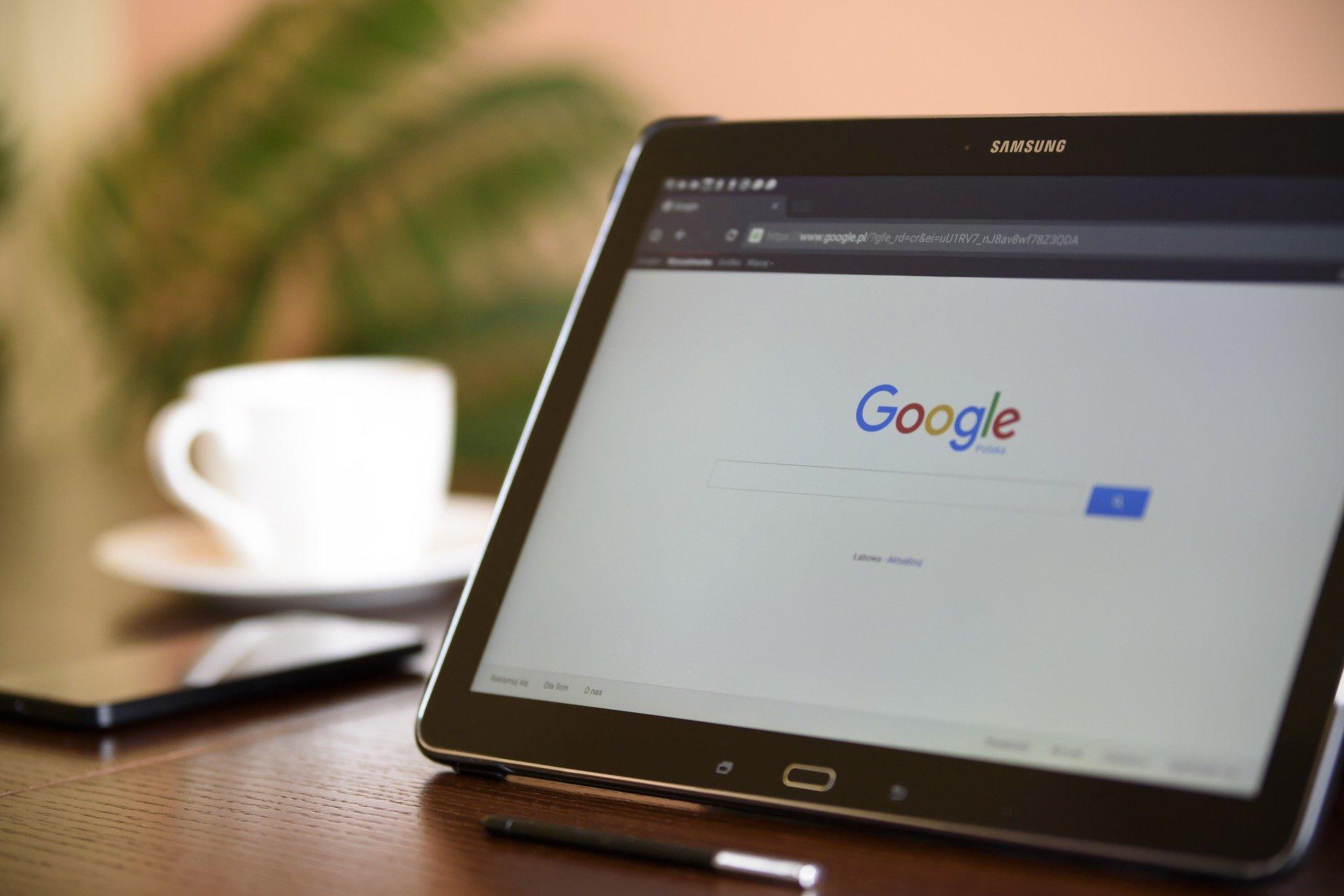 moteur de recherche google affiché sur une tablette