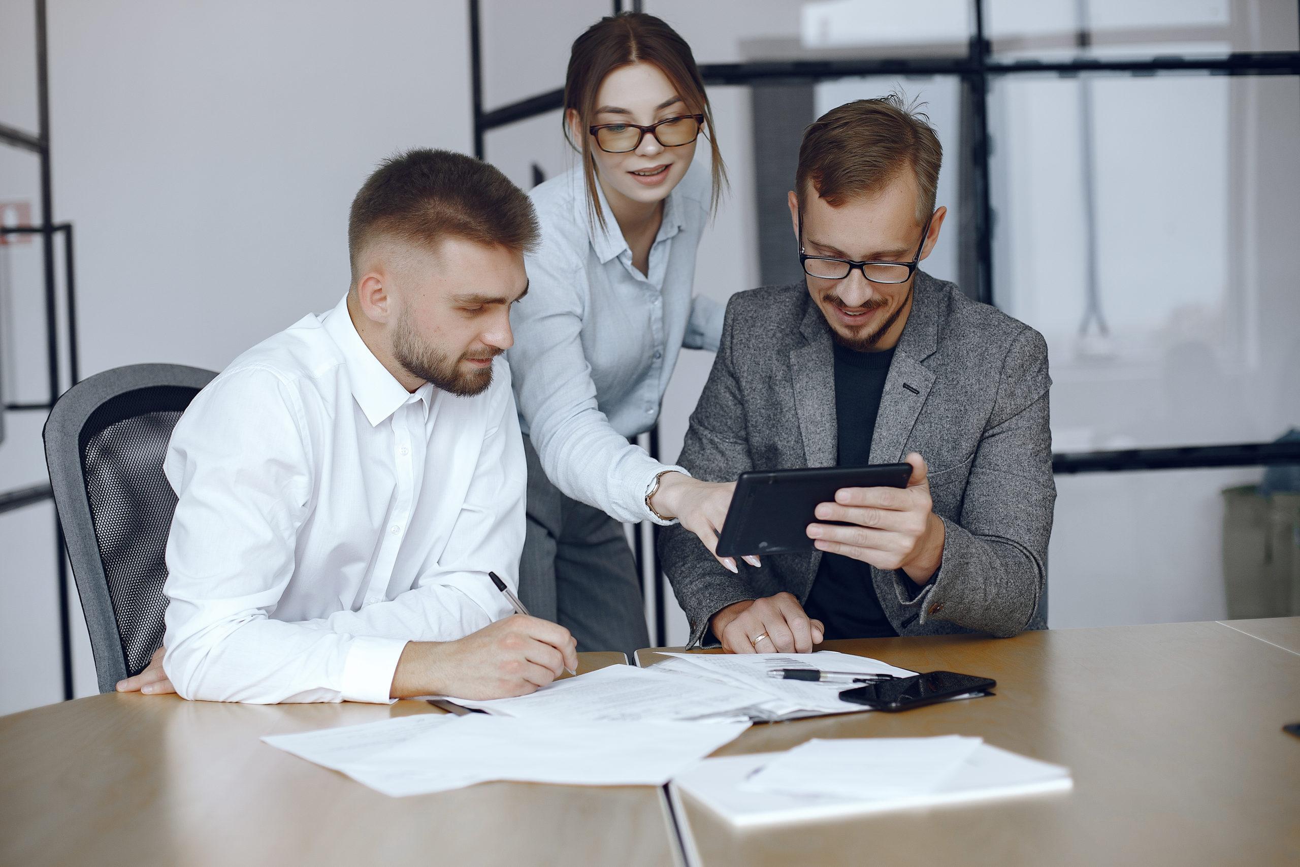 Homme avec tablette et partenaires commerciaux