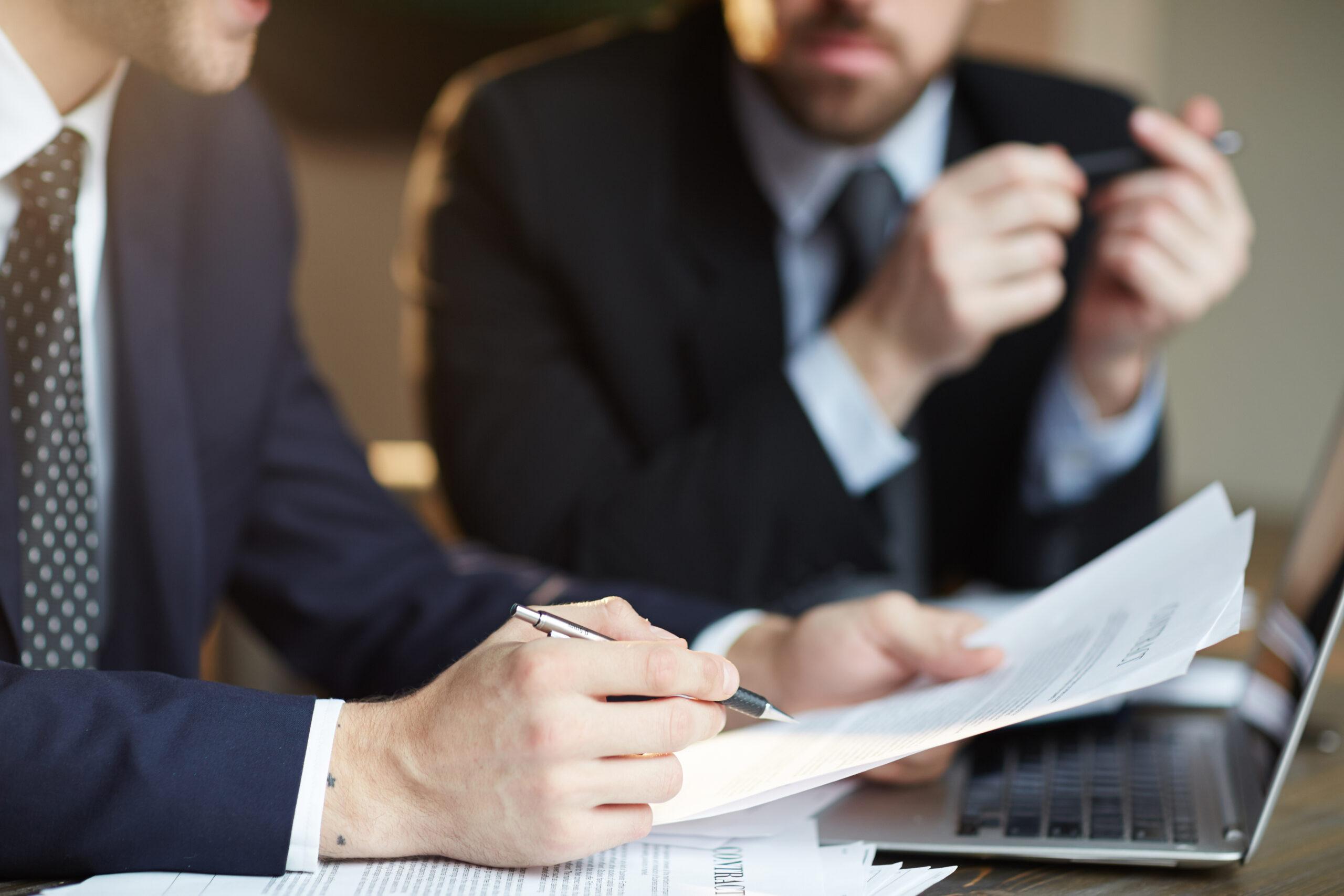 signature de contrat entre deux partenaires